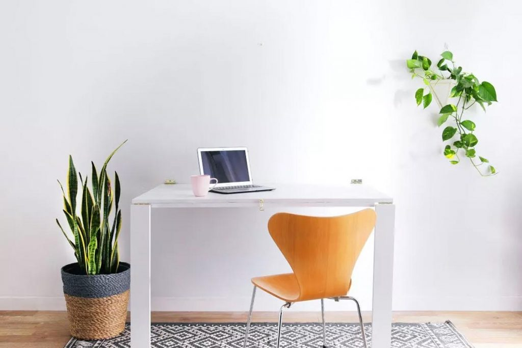 ufficio in casa muro bianco